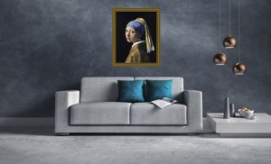 Kunstdruck Mädchen mit Perlenohrring von Vermeer in Barockrahmen über einem modernen Sofa
