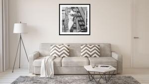 Kunstdruck mit Schwarz-Weiß Fotografie über modernem Sofa